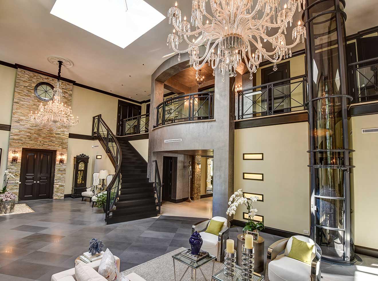 Villa Home Lift Signature Statement With Stylish Attire
